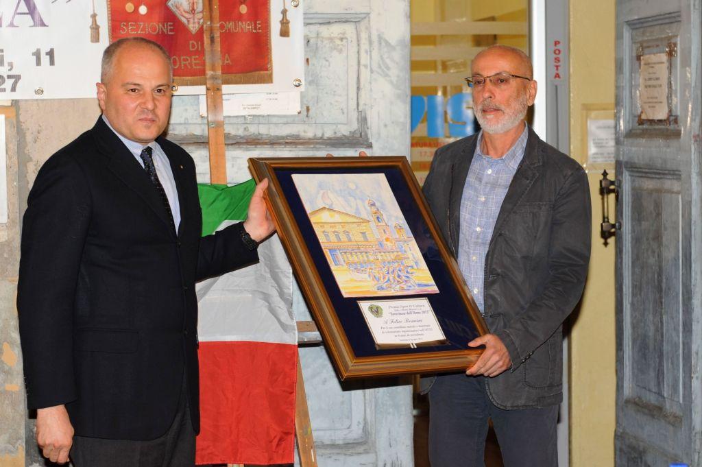 il sindaco consegna  il premio soresinese dellì'anno 2013 a Felice Resmini
